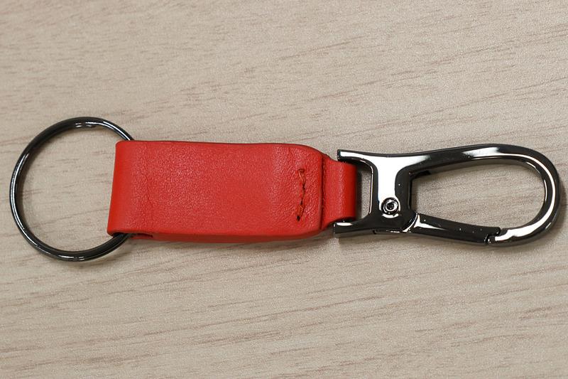 オレンジのレザーとクロームメッキのリングなどを組み合わせたキーチェーン。中央にModuloロゴの入ったクロームメッキプレートも備える