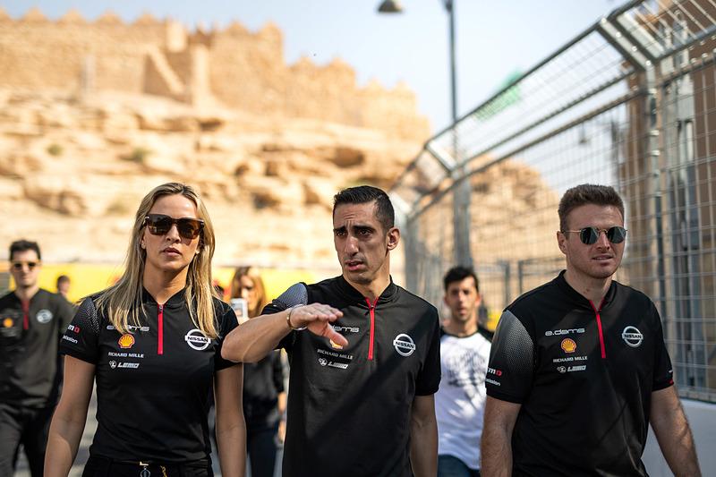 チェック走行に先立ち、各チームのドライバーやスタッフによってコース下見も行なわれた