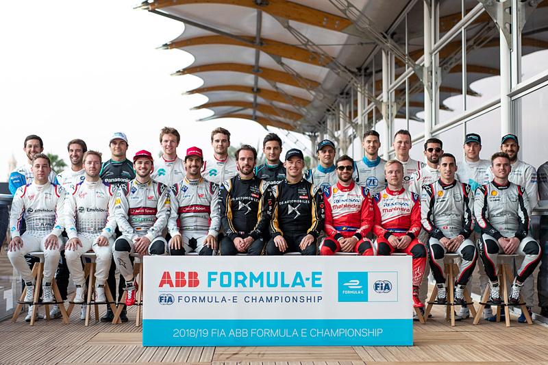 モータースポーツの開幕戦で恒例となっている全ドライバーによる記念写真