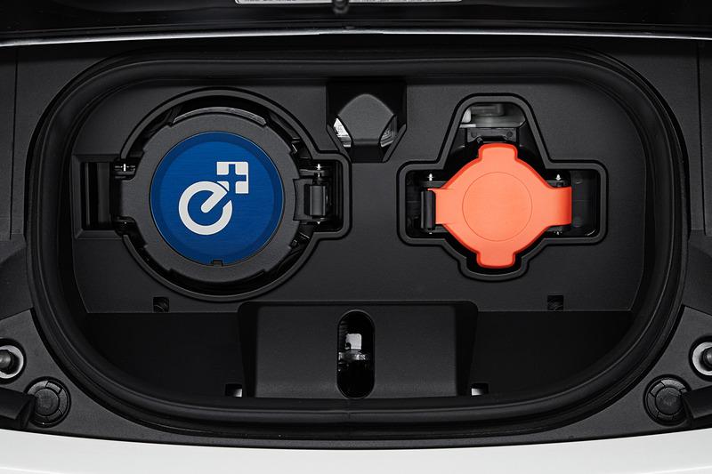 リーフ e+のボディサイズは4480×1790×1545mm(全長×全幅×全高)で、最低地上高は135mm。通常のリーフより5mm高く、最低地上高は15mm低い。フロントバンパー下部にブルーのリップスポイラー状のパーツを追加するとともに、充電ポートに「e+」ロゴを配した