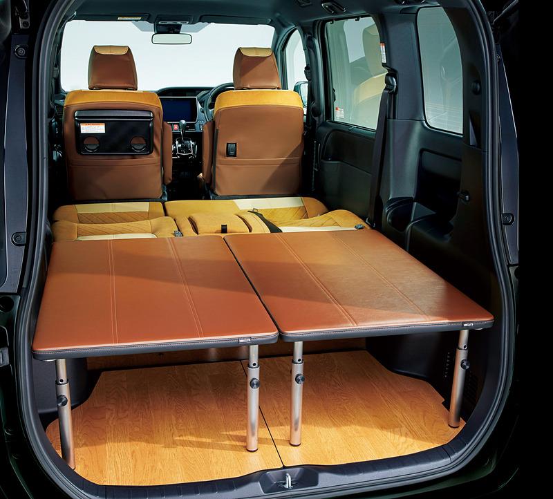 車中泊時のベッドなどのほか、車外でテーブル&ベンチセットといった活用もできる「マルチユースボード」(12万9600円)