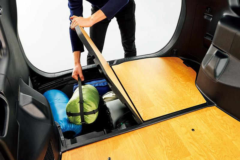 左右2分割のフロアボードを採用した「床下収納」