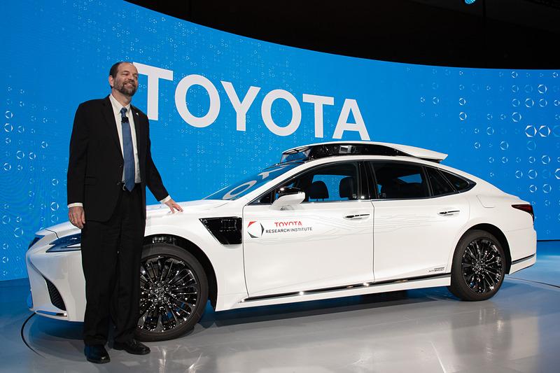 「CES 2019」で公開された新型自動運転実験車「TRI-P4」と、Toyota Research Institute CEO ギル・プラット氏