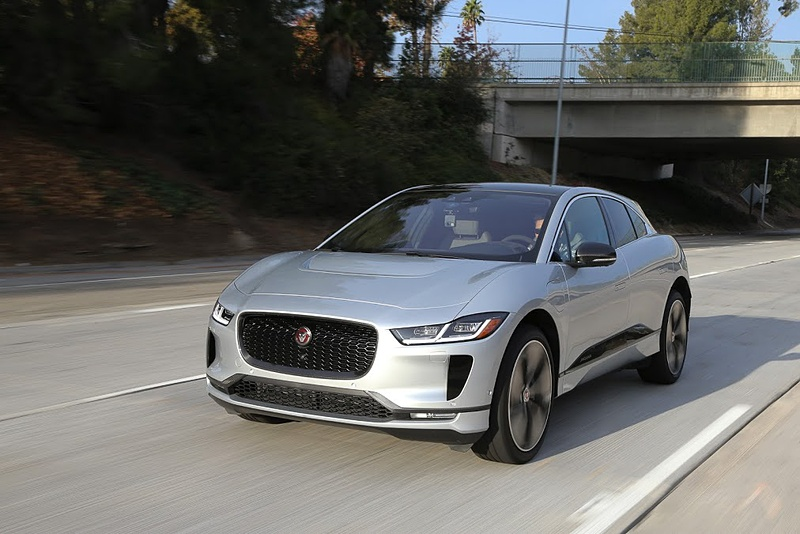 """ジャガー初のEV(電気自動車)で、""""エレクトリック・パフォーマンスSUV""""と呼ばれる「I-PACE」に米国で試乗。日本では2018年9月に受注を開始しており、価格は959万円~1312万円"""