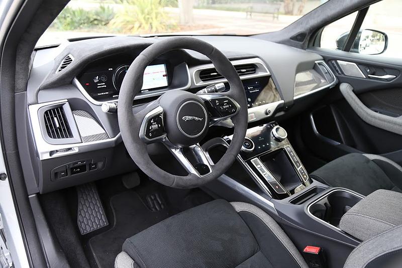 I-PACEのインテリア。ジャガーとして初めてAI学習機能を利用した「スマート・セッティング」を採用したのがトピックの1つで、リモートキーとスマートフォンのBluetoothを利用し、ドライバーが車両に近づくと自動的に認識。ドライバーごとにシート位置、空調の温度設定、インフォテインメントなどを自動調整する機能を備える