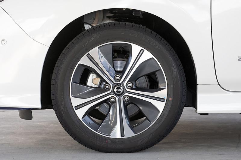撮影車は新車装着タイヤとなるダンロップ「エナセーブ EC300」(215/50 R17)を装着