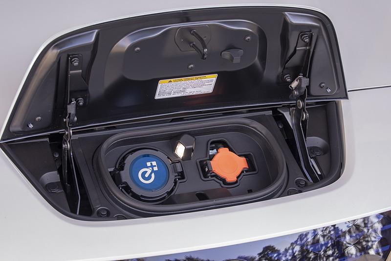 6kW充電に標準対応した充電ポートには「e+」のロゴを配してさりげなくリーフ e+であることをアピール