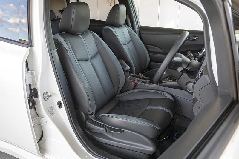 インテリアは通常のリーフと変わらず、各部に鮮やかなブルーの差し色を施して先進的なEVであることを表現。「プロパイロット」「プロパイロット パーキング」」「e-Pedal」といった先進技術も搭載され、e-Pedalは車両重量の変化に合わせて制御を最適化。後退時の制御を見直し、駐車時などの操作をスムーズなものとした