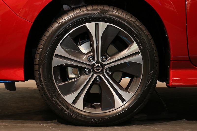 タイヤサイズは215/50 R17。アルミホイールのセンターキャップがシルバーからブラックに変更された