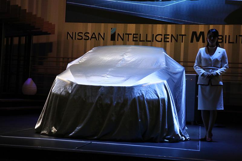 スキラッチ副社長のプレゼンテーション中に、ステージ上に置かれたリーフ e+がアンベールされた
