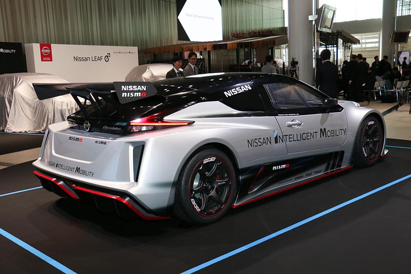 リーフの派生モデルなども車両展示。こちらは2018年11月に世界初公開された「リーフ NISMO RC」