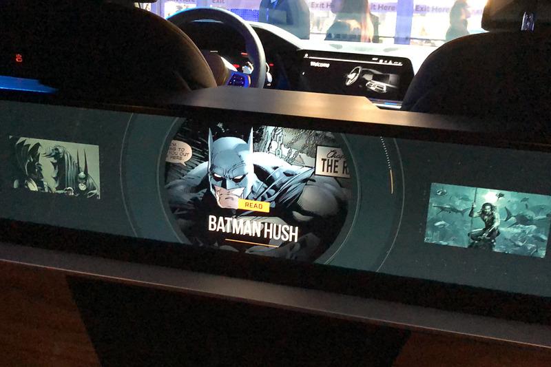 運転席と助手席の背後には埋め込み式ディスプレイがあり、コンテンツを表示する
