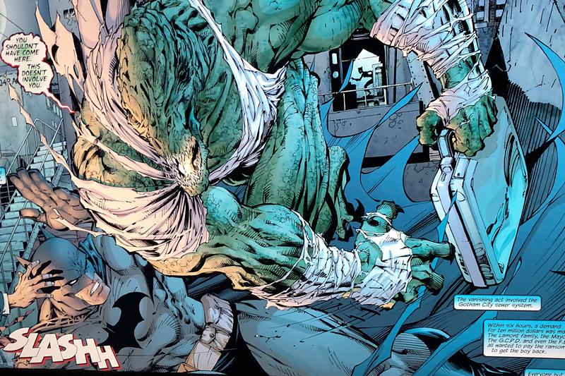 後部座席の右側窓から正面のディスプレイに飛び出した敵がバットマンに襲いかかる