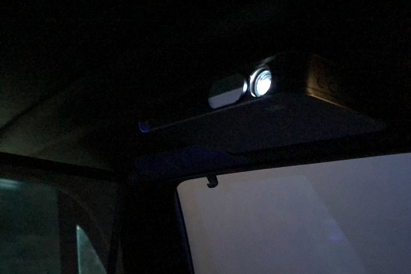 車内には2基のプロジェクタが設置してあり、それぞれ後部座席の左右窓に映像を投射する