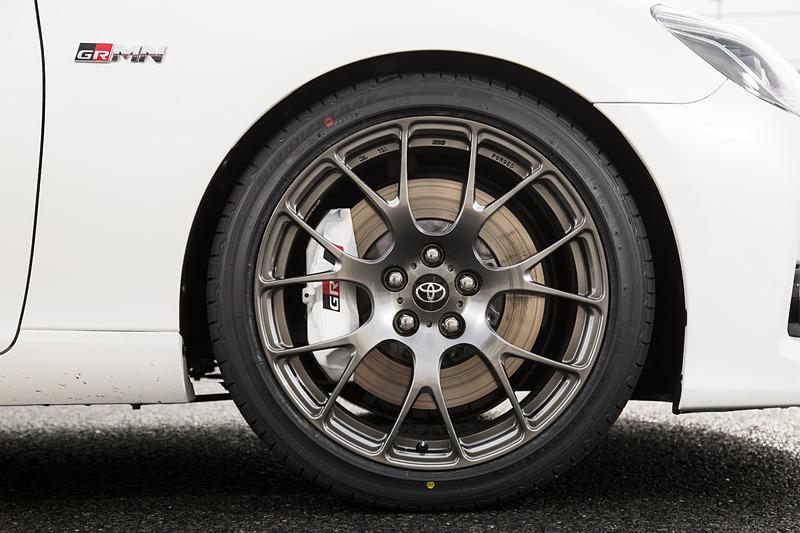 エクステリアではフロントバンパーなど光輝部品加飾のダーク化、4本出しマフラー(大型バッフル)といった専用装備が与えられる。足下はBBS製の19インチ鍛造アルミホイールに前後異サイズタイヤ(フロント:235/40 R19、リア:255/35 R19)の組み合わせ