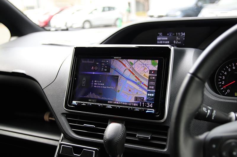 デモカーに取り付けられていたMDV-M906HDL。「ヴォクシー」「ノア」「プリウス」「C-HR」「ハリアー」などのトヨタ車にフラット装着ができる