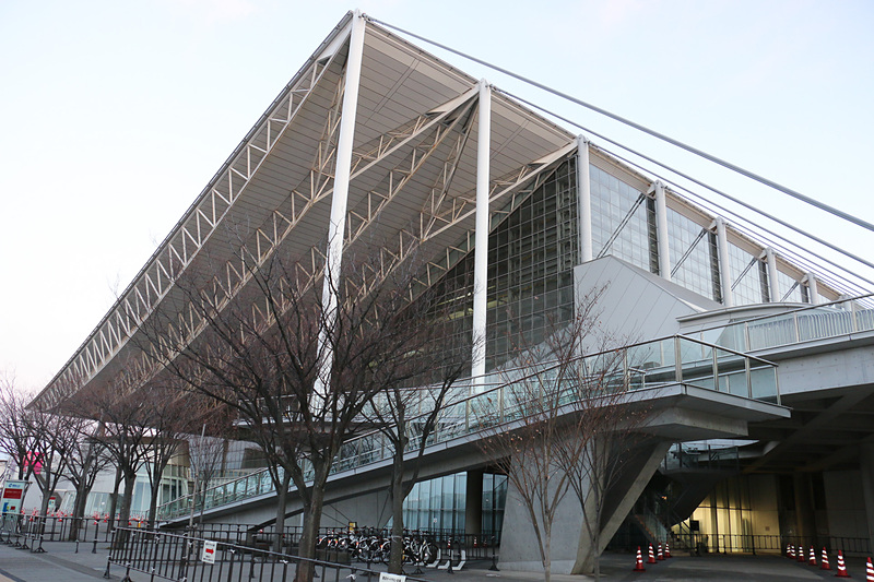 三菱自動車工業やカスタムショップなどが出展する国際展示場9-11ホール