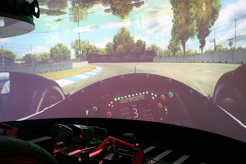 投影された佐藤琢磨選手のドライビングに合わせてシミュレーターが稼働する内容