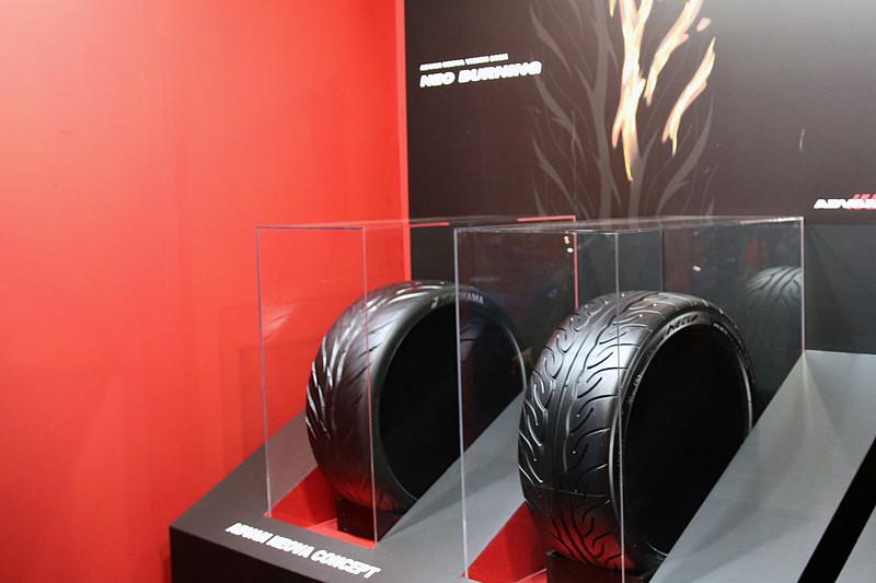 新型「ADVAN NEOVA」のコンセプトモデルを展示(左のタイヤ)
