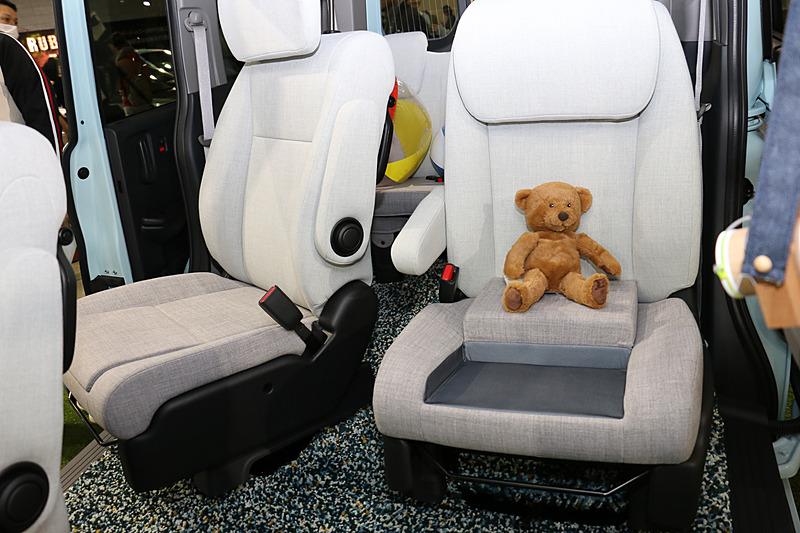 座面にジュニアシートを内蔵したセカンドシート。大型化されたヘッドレストは上下にロングスライドし、ジュニアシートに座る子供が利用できるようにしている。左右で同じ仕様となっており、スライドドア側に回転して乗降をアシスト