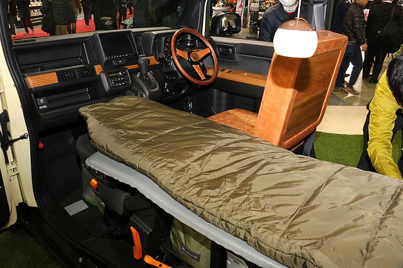 寝袋を置くフラットフロアの下を収納スペースとして活用