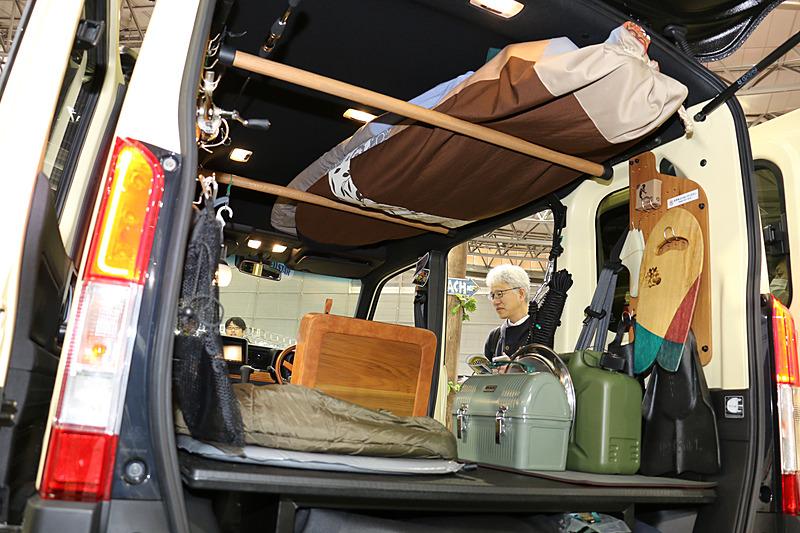 ルーフ部分に設置した前後2本のバーでサーフボード2枚を収納。さらにラダーを使ってルーフ上にも荷物を固定できるようにしている