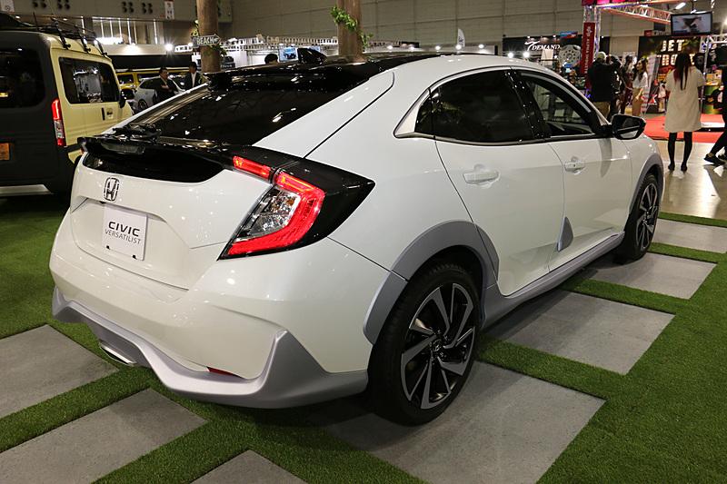 ロー&ワイドな「シビック ハッチバック」に、フェンダーアーチやバンパーモール、大型フォグランプといった「SUVの記号性」を与えてクロスオーバーテイストを表現