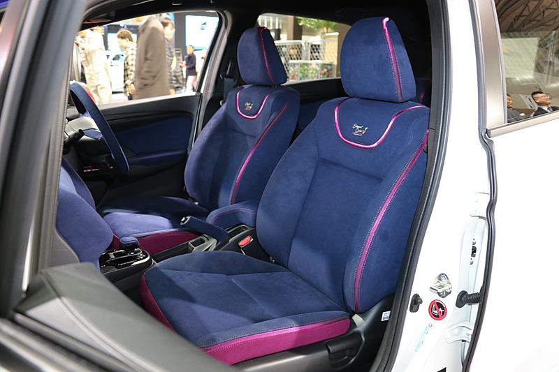 ブルーのバックスキン表皮やルージュカラーの差し色で内装をコーディネート