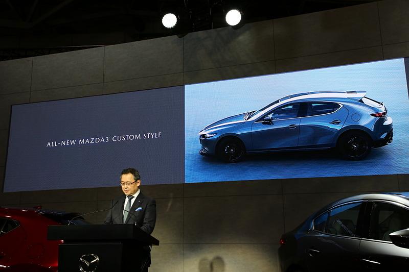 プレスカンファレンスでブースの概要や新型「Mazda3」の説明を行なった青山常務執行役員