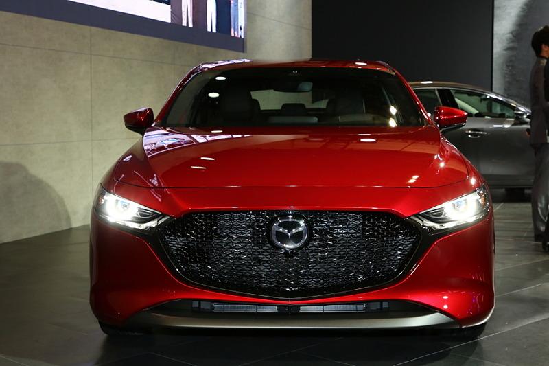 新型Mazda3 CUSTOM STYLE(北米仕様ベース)以外にも、新型Mazda3セダン・ハッチバック(北米仕様ベース)の2台を展示。最新の魂動デザインで作り上げた2つのモデルは、同じ車種ながらもセダンはよりエレガントで、ハッチバックはスポーティと異なる仕上がりとなる