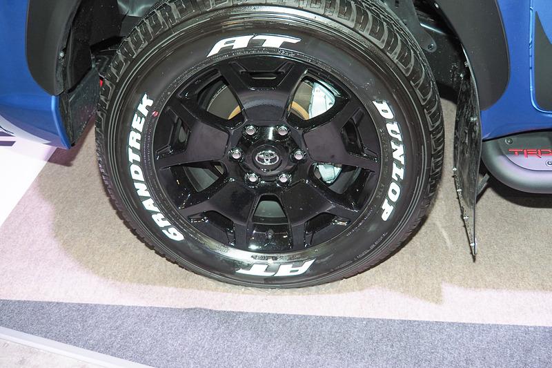 """アルミホイールとホワイトレターの265/60 R18タイヤは特別仕様車「Z""""Black Rally Edition""""」のもの"""