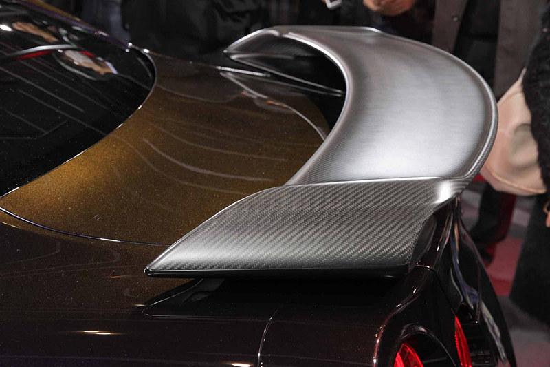 2018年12月に予約受付を開始したGT-R特別仕様車 大坂なおみ選手 日産ブランドアンバサダー就任記念モデル(限定50台)。ボディカラーは目にする角度や光の当たり方によって色の見え方が変わり、宝石のような光のある輝きを放つ特別塗装色「ミッドナイトオパール」を専用色としたほか、「ブリリアント ホワイトオパール」「メテオフレークブラックオパール」の3色を設定