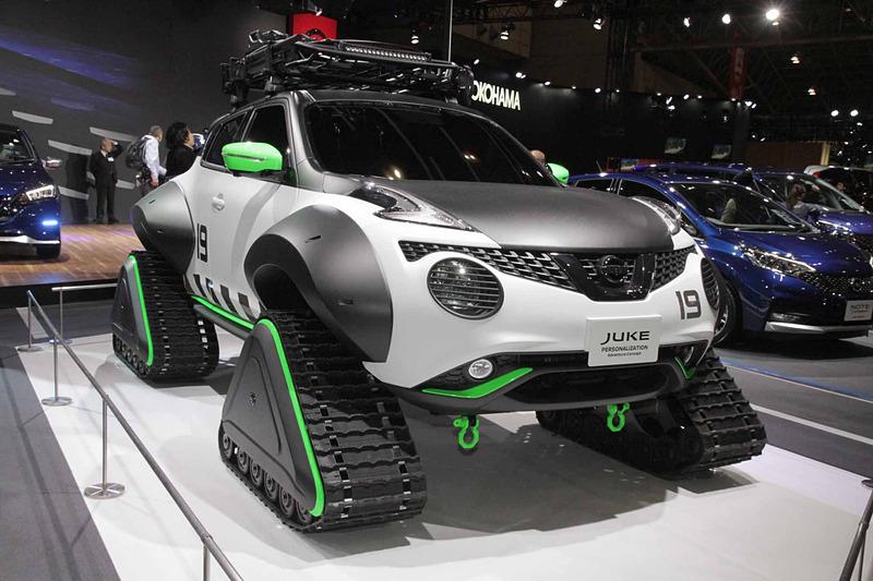 4本のタイヤの変わりに砂利道や雪道でも走行可能な専用のクローラーを装着した「JUKE Personalization Adventure Concept」