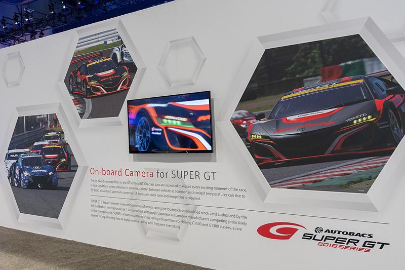 NSXの後方に置かれていたSUPER GTの説明パネル。34号車 Modulo KENWOOD NSX GT3が大きく描かれていた