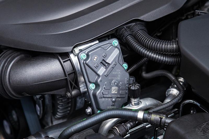 エンジンパーツの一部には共同開発したBMWのロゴが
