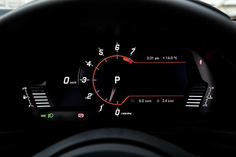 インテリアではシフト・バイ・ワイヤ式のシフトレバー、8.8インチのTFTメーター、大型フルカラーヘッドアップディスプレイによる新世代コクピットレイアウトを採用