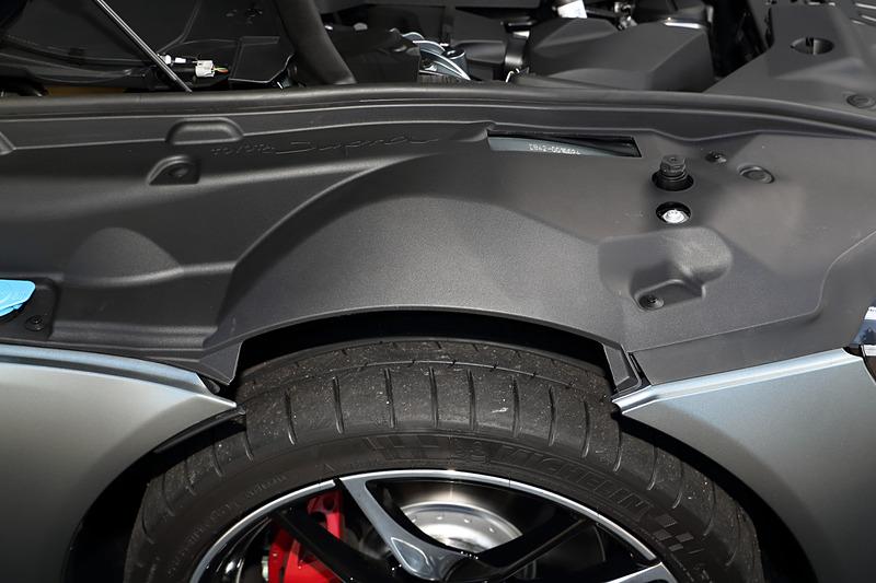 エクステリアではショートホイールベースと大径タイヤによってタイヤの存在感を強調するサイドビュー、2シーターらしいタイトなキャビンとワイドトレッドからなるスーパーワイドスタンス、直6エンジンを搭載するFRモデルらしいロングノーズショートキャビンシルエットなどを特徴点として挙げる。撮影車のタイヤはミシュラン「パイロット スーパー スポーツ」で、タイヤサイズはフロントが255/35 ZR19、リアが275/35 ZR19