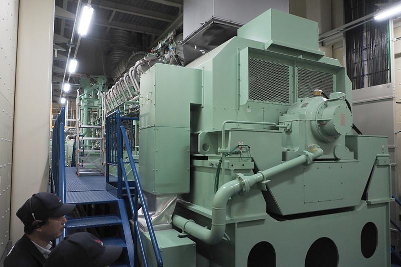 ガスコージェネレーションシステムの中心となるガスエンジンと発電機