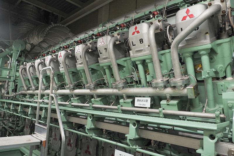 三菱重工製の18気筒 48万3000ccのガスエンジン。建物内に設置して騒音が外に漏れないよう配慮している