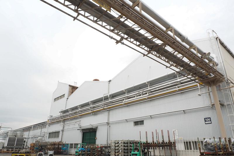川崎工場内は各所に配管が設置されている。銀色の管に温水または冷水を循環させる