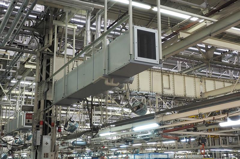 生産ラインの上に設置された空調の吹き出し口。生産ラインの作業員に温風または冷風を届ける