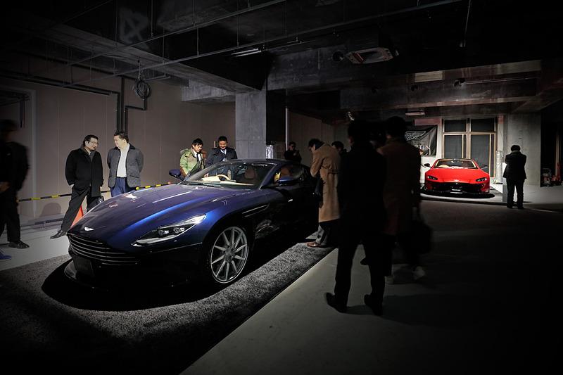 工事が進められるアストンマーティン横浜内に並べられた最新モデル