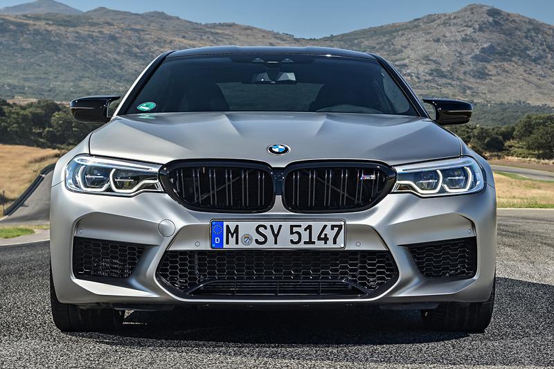 M5 コンペティションのボディサイズは4965×1905×1480mm(全長×全幅×全高)、ホイールベースは2980mm。車両重量は1950kg