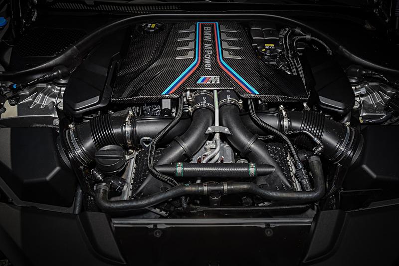 「S63B44B」型エンジンはチューニングが施され、最高出力460kW(625PS)/6000rpm、最大トルク750Nm/1800-5860rpmを発生。ベースモデルのM5から最高出力が25PS向上し、最大トルクの発生回転上限が5600rpmから5860rpmに拡大