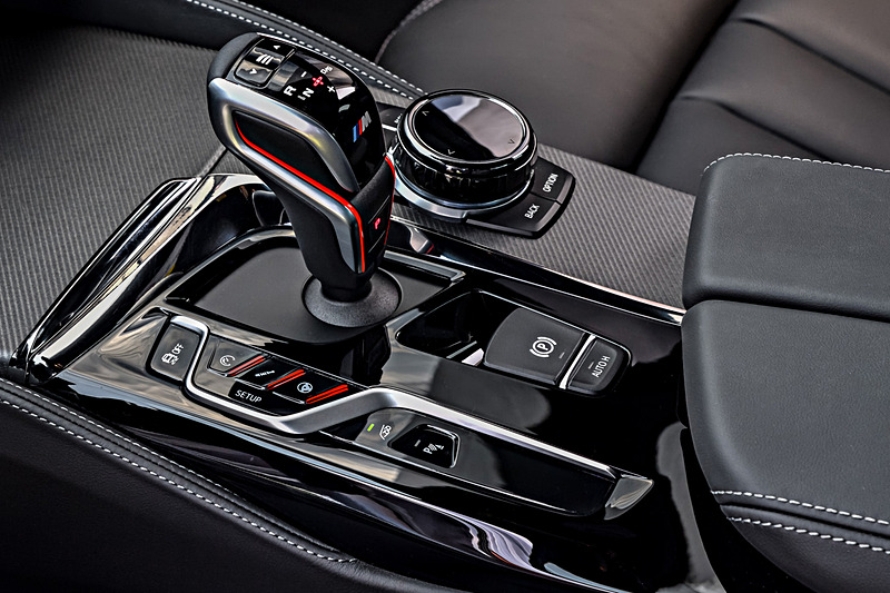 M5 コンペティションのインテリア。トランスミッションはベースのM5と同じドライブロジック付き8速ATを採用
