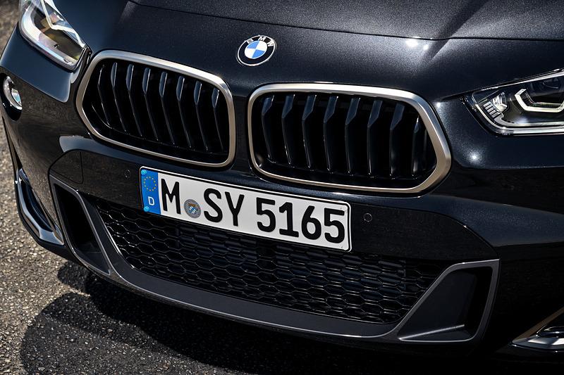 X2 M351iのエクステリアでは、ヘッドライトやフォグランプ、キドニーグリル、ミラー・キャップにMパフォーマンスモデル専用のセリウム・グレーを、サイドエアインテークにはシャープな印象を際立たせるブレードデザインをそれぞれ採用。空力性能が高いMリアスポイラーも装備した