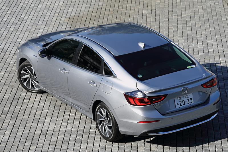 価格はエントリーグレードの「LX」が326万1600円、中間グレードの「EX」が349万9200円、最上級グレードの「EX・BLACK STYLE」が362万8800円と、2代目から価格帯も大きく変わっているが、単眼カメラとミリ波レーダーを組み合わせて利用する安全運転支援システム「Honda SENSING(ホンダ センシング)」をはじめ、Hondaインターナビ+リンクアップフリー、ETC2.0車載器、左右独立調整式フルオートエアコン、前席シートヒーターなどが全車で標準装備となる