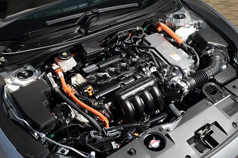 パワートレーンは直列4気筒DOHC 1.5リッター「LEB」型エンジンに発電用と走行用の2つを用意する2モーター式の「SPORT HYBRID i-MMD」の組み合わせ。エンジンは最高出力80kW(109PS)/6000rpm、最大トルク134Nm(13.7kgfm)/5000rpm、モーターは最高出力96kW(131PS)/4000-8000rpm、最大トルク267Nm(27.2kgfm)/0-3000rpmを発生。「EX」の燃費は25.6km/L(WLTCモード)