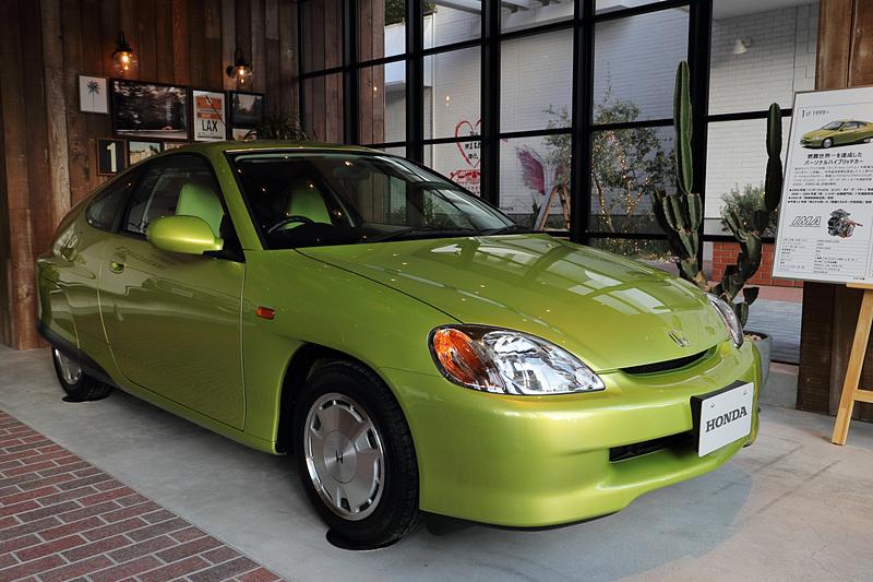 1999年に登場した初代インサイトは2人乗りのパーソナルハイブリッドカーとしてデビュー。ボディサイズ3940×1695×1355mm(全長×全幅×全高)、ホイールベース2400mmという体躯に直列3気筒1.0リッターエンジン+IMA(1モーター)を搭載し、35.0km/L(10・15モード)という燃費をマーク