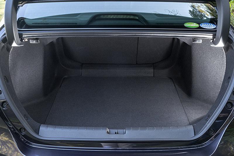 IPUの後席床下配置によってトランクスペース容量が広がり、トランクの前後長は1000mm、最大床面幅は1380mmで、容量は519L。トランクスルー機能も備わる